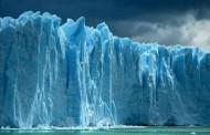 یک کوه یخ بزرگ در شرف جدا شدن از قطب جنوب است